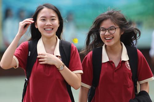 Thí sinh tại TP HCM vui vẻ rời trường thi. Ảnh: Thành Nguyễn