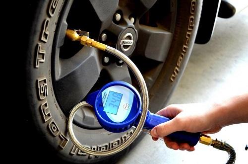 Nên lựa chọn đồng hồ đo áp suất lốp đáng tin cậy. Ảnh: Researchcore.