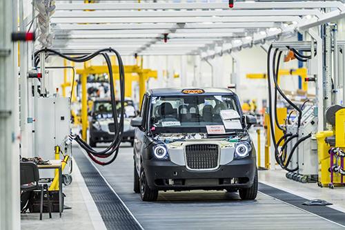Dây chuyền lắp ráp taxi đen (Black Cab) của hãng London Taxi Company, thương hiệu thuộc sở hữu của tập đoàn Geely (Trung Quốc). Ảnh: Standard.