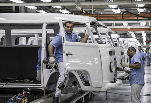 Công nhân làm việc tại một nhà máy VW ở Brazil. Ảnh: Bloomberg.