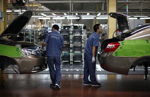 Bên trong nhà máy của một hãng xe Trung Quốc tại đại lục. Ảnh: WSJ.
