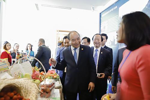 Thủ tướng thăm một giam hàng thực phẩm sạch của Việt Nam trưng bày trong khuôn viên đại hội. Ảnh: Nguyễn Đông.