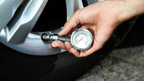 Người dùng nên thường xuyên kiểm tra áp suất lốp để tăng độ an toàn khi chạy xe. Ảnh: Garagechieft.