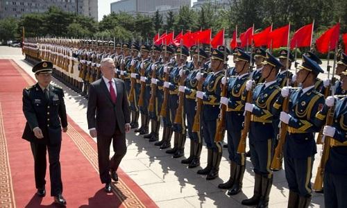 Bộ trưởng Quốc phòng Mỹ James Mattis (phải) và người đồng cấp Trung Quốc Ngụy Phượng Hòa duyệt đội danh dự tại Bắc Kinh ngày 27/6. Ảnh: Reuters.