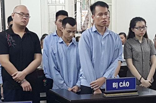 Hà (ngoài cùng bên phải) và bạn trai (thứ hai từ trái qua) cùng các bị cáo tại tòa.
