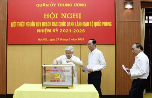 Tổng bí thư, Chủ tịch nước và Thủ tướng bỏ phiếu tín nhiệm tại hội nghị. Ảnh: Mod/Nguyên Hải
