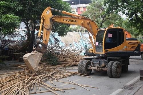 Quận Ba Đình tiến hành cưỡng chế trong sự phản đối của Công ty Cổ phần Đa Quốc Gia. Ảnh: Gia Chính
