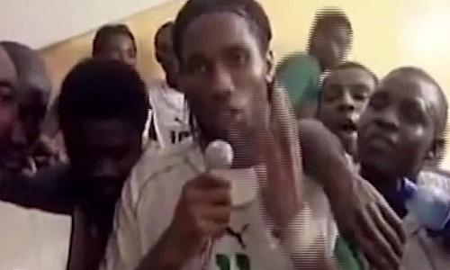 Drogba phát biểu kêu gọi người dân đoàn kết sau trận đấu với Sudan ngày 8/10/2015. Ảnh: CNN.