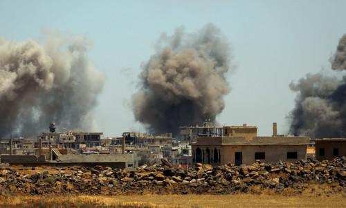 Các mục tiêu ở ngoại ô Deraa bị không kích hôm 25/6. Ảnh: Reuters.