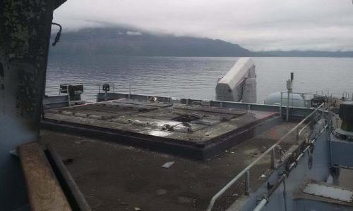 Boong tàu và bề mặt cụm VLS bị thiêu cháy sau sự cố. Ảnh: Twitter.