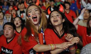 Cổ động viên Hàn reo hò sau chiến thắng trước Đức tại World Cup