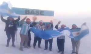 Fan Argentina ăn mừng chiến thắng giữa giá rét Nam Cực