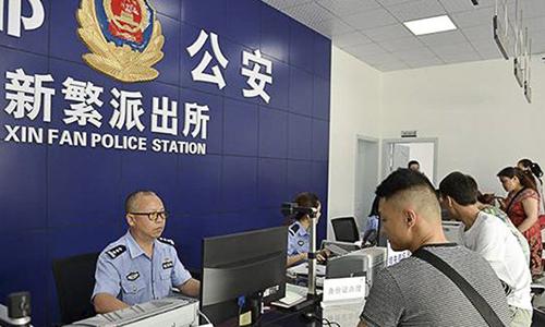 Ông Wu Feng làm công việc xử lý giấy tờ cho người dân tại một đồn cảnh sát ở Thành Đô, Tứ Xuyên, Trung Quốc. Ảnh: SCMP.