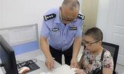 Viên cảnh sát Trung Quốc đưa vợ ốm đi làm cùng để chăm sóc