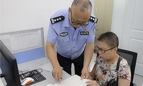 Trong khi bận làm việc, cảnh sát Wu Feng dỗ vợ luyện viết chữ để giết thời gian. Ảnh: SCMP.