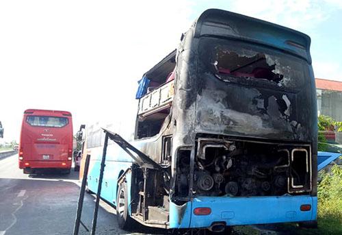 Xe khách hư hỏng nặng sau hỏa hoạn. Ảnh: Đ.H