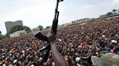 Một cuộc biểu tình bạo lực trong nội chiến Bờ Biển Ngà hồi năm 2005. Ảnh: PRI.