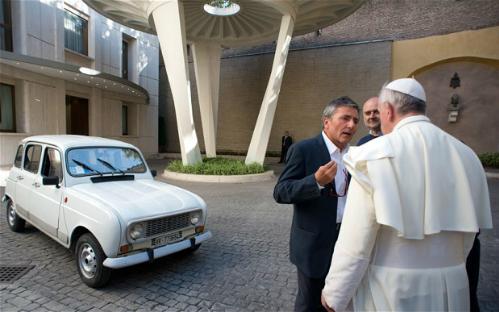 Đức giáo hoàng Francis vẫn thường tự lái chiếc Renault 4. Ảnh: AFP.