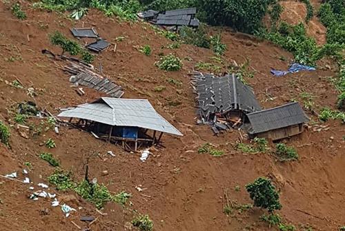 Nửa quả núi sạt lở vùi lấp 24 ngôi nhà ở Lai Châu