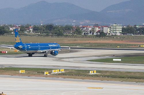 Đường băng sân bay Nội Bài bị xuống cấp do tần suất hoạt động mạnh. Ảnh minh họa: Đ.Loan