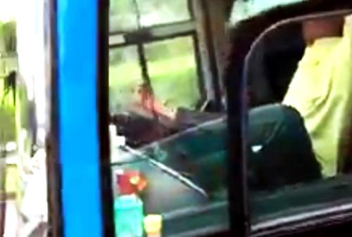 Hành vi dùng chân lái xe của tài xế được cho là vi phạm nghiêm trọng. Ảnh: Cắt từ video.
