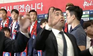 CĐV ném trứng và gối vào tuyển Hàn Quốc