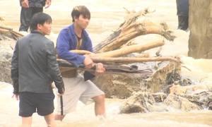 Người dân liều mình vớt củi trên sông suối khi mưa lũ về