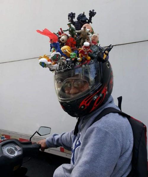 Mũ bảo hiểm thu hút mọi ánh nhìn.
