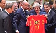 Thủ tướng May nhận quà World Cup trước trận Anh - Bỉ