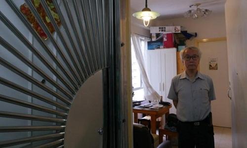 Ông Ng Goon-lau đứng bên trong căn hộ của mình, nơi từng xảy ra hai vụ tự tử. Ảnh: Reuters.