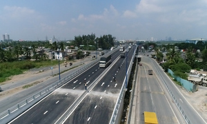 Cầu vượt ở đường vào cảng lớn nhất TP HCM thông xe