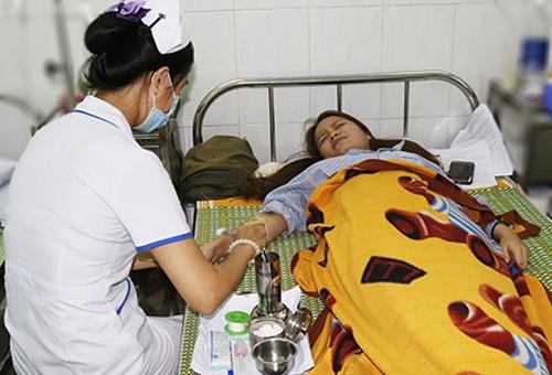 Cô giáo Nguyễn Thị Xuân Mai đang điều trị tại bệnh viện. Ảnh: Đắc Thành.