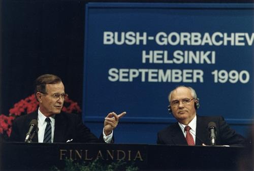 Lãnh đạo Liên Xô Mikhail Gorbachev (phải) và tổng thống Mỹ George H. W. Bush tại Helsinki, Phần Lan, năm 1990. Ảnh: Tass.