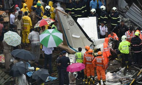 Lực lượng cứu hỏa tại hiện trường máy bay gặp nạn khiến 5 người thiệt mạng ở Mumbai hôm 28/6. Ảnh: AFP.