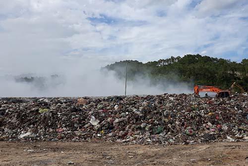 Hiện trường bãi rác đang cháy.
