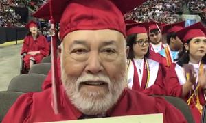 Cựu chiến binh Mỹ bật khóc trong lễ tốt nghiệp muộn nửa thế kỷ