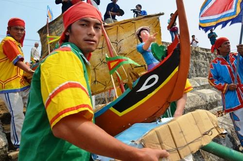 Nghi lễ rước thuyền cau ở Lễ khao lề thế lính Hoàng Sa. Ảnh: Thạch Thảo.
