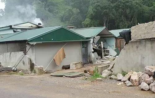 Bức tườngvà một số ngôi nhà bị phátrong cuộc vây bắt trùm ma túy.Ảnh: Việt Quân.