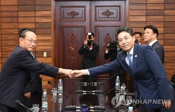Giới chức Hàn Quốc và Triều Tiên bắt tay trước khi thảo luận ở làng biên giới Panmunjom hôm 28/6. Ảnh: Yonhap.