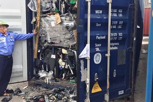 Một trong 3 container nhựa phế liệu vừa được nhập về Việt Nam bằng đường biển được Cục Hải quan Hải Phòng kiểm tra cho thấy, hàng hóa thực nhập trong các container là phế liệu nhựa từ vỏ các thiết bị điện tử, là mặt hàng không đủ điều kiện nhập khẩu..Ảnh: Anh Quân