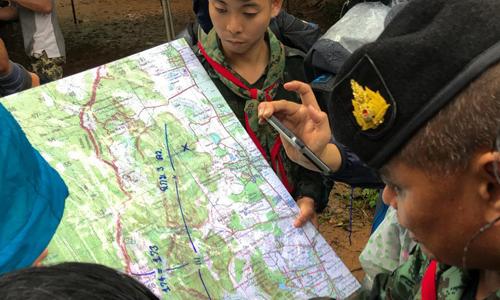 Quân đội xem xét bản đồ tại khu vực hang Tham Luang. Ảnh: Reuters.