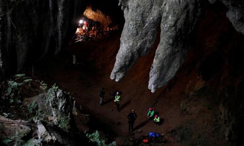 Đội cứu hộ tiến hành công tác giải cứu hôm 27/6 tại hang Tham Luang, phía bắc Thái Lan. Ảnh: Reuters.