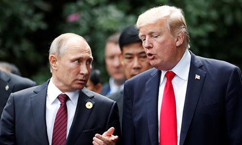 Tổng thống Nga Vladimir Putin (trái) và Tổng thống Mỹ Donald Trump tại Hội nghị APEC 2017 ở Đà Nẵng. Ảnh: AP.