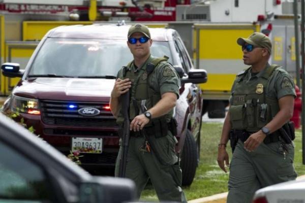 Cảnh sát tuần tra khu vực sau khi nhiều người bị bắn ở toà soạn báo. Ảnh: Reuters.