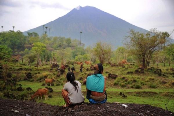 Người dân nhìn núi lửa Agung hồi tháng 12/2017. Ảnh: AFP.