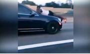 Người đàn ông cố thủ trên nắp ca-pô ở tốc độ 110 km/h
