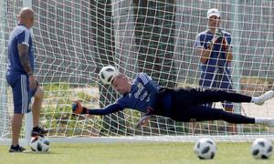 Argentina tập đá luân lưu trước khi gặp Pháp