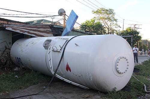 Chiếc bồn gas văng khỏi khung xe sau cú đâm của tàu. Ảnh: Nguyễn Hải.