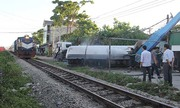 Tàu khách húc văng xe bồn chở gas, đường sắt tắc gần hai giờ