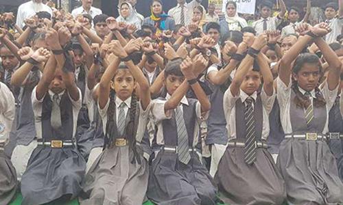 Học sinh thành phố Mandsaur, bang Madhya Pradesh, biểu tình phản đối hành vi cưỡng hiếp trẻ em. Ảnh: Times of India